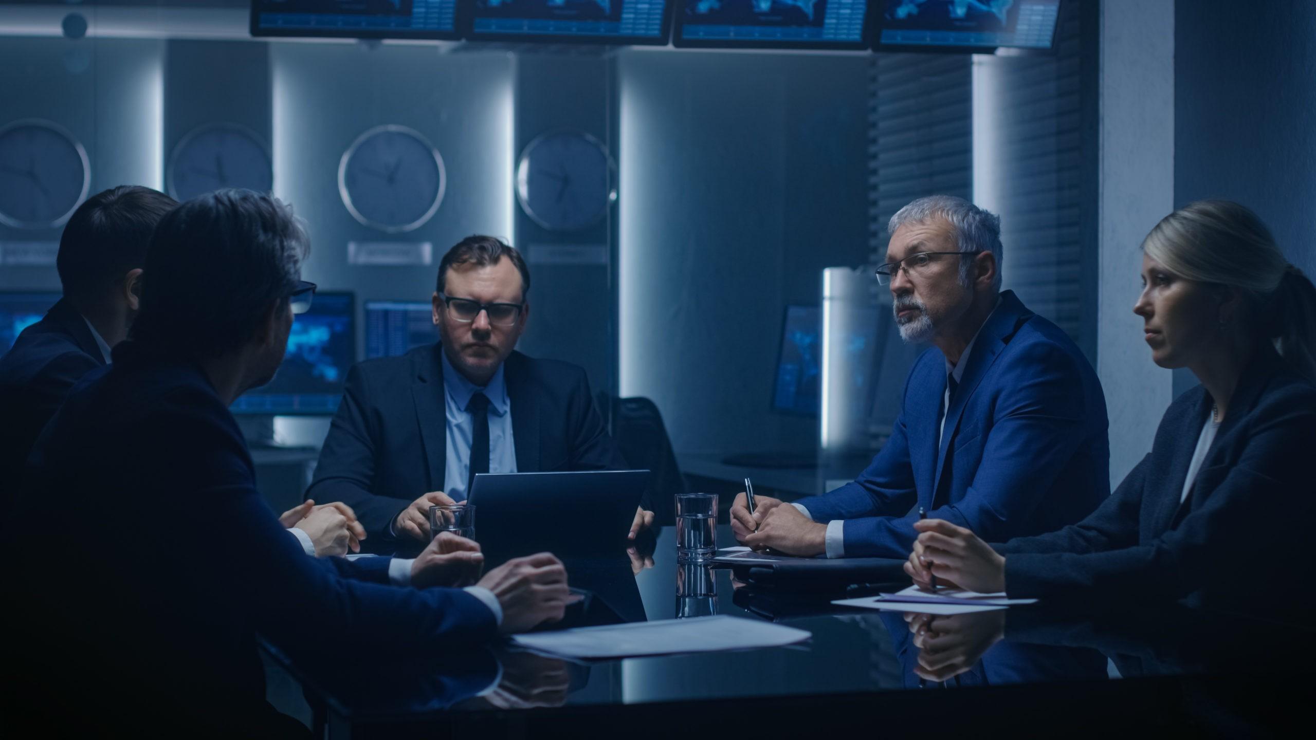 Teamwork ist für Ermittlungsarbeit enorm wichtig (Symbolfoto: shutterstock.com/Gorodenkoff)